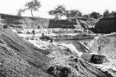 26 Carrière de sable et de grès du plateau de Châtillon. Route du fort de Châtillon au Petit-Bicètre. A. Robin, La Terre, env 1900