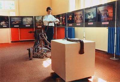 30 Exposition de 1983 : Mannequin actionnant un treuil à manivelle utilisé pour le déplacement de bloc de pierre